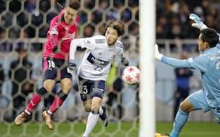 延長前半、水沼(左)がヘディングで決勝ゴールを決め、C大阪は43大会ぶりの優勝を果たした=共同
