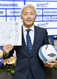 イングランド2部リーグのリーズへの移籍を表明したG大阪・井手口(4日、大阪府吹田市)=共同