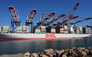米ロングビーチ港のコンテナクレーン。港湾の多くの作業が自動化されてきている