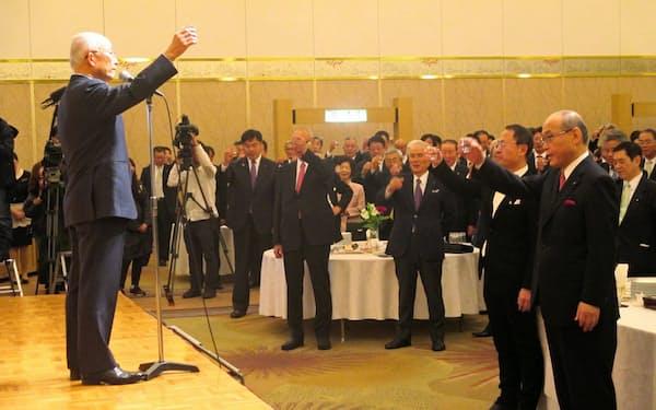 新年互礼会で乾杯する金沢の経済界首脳ら(4日、金沢市)