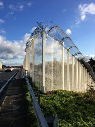 英国に向かう道路への侵入を防ぐための高い柵(仏カレー、17年12月)