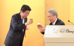 経済3団体新年祝賀パーティーで乾杯する安倍首相と経団連の榊原定征会長(5日午後、東京都千代田区)