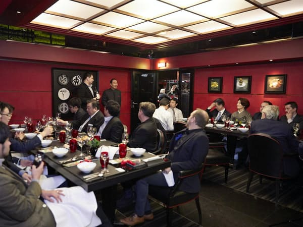 ディナー会は2017年11月5日にパリの二つ星レストラン「ラトリエ・ドゥ・ジョエルロブション」で開いた