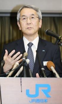 役員の報酬返上や安全確保の新体制について説明するJR西日本の来島社長(5日午後、大阪市北区)