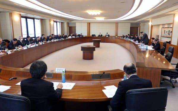県農業再生協議会は18年の県内のコメの生産数量「目安」を決めた(17年12月の会合)