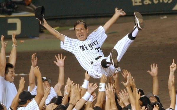 監督として阪神タイガースを18年ぶりにセ・リーグ優勝に導き胴上げされる星野仙一さん(2003年9月、甲子園球場)