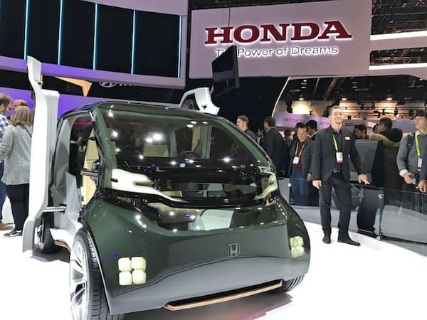 「家電のお祭り」に自動車メーカーの出展が増えている(17年1月の前回CES、米ラスベガス)