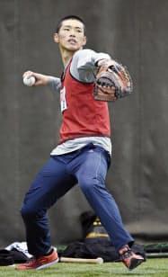 広島の新人合同自主トレでキャッチボールするドラフト1位の中村奨(7日、広島県廿日市市)=共同
