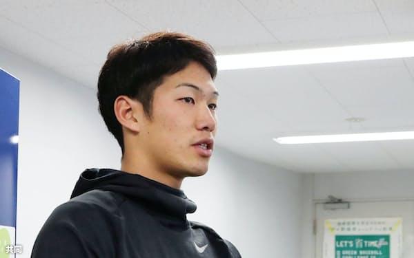 自主トレ後、取材に応じる中日・京田(8日、ナゴヤ球場)=共同