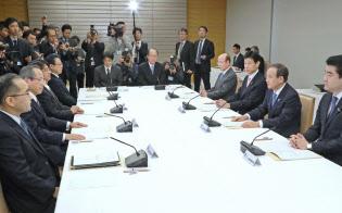 天皇陛下の退位に向けた政府の準備委員会の初会合であいさつする菅官房長官(右から2人目)=9日午前、首相官邸