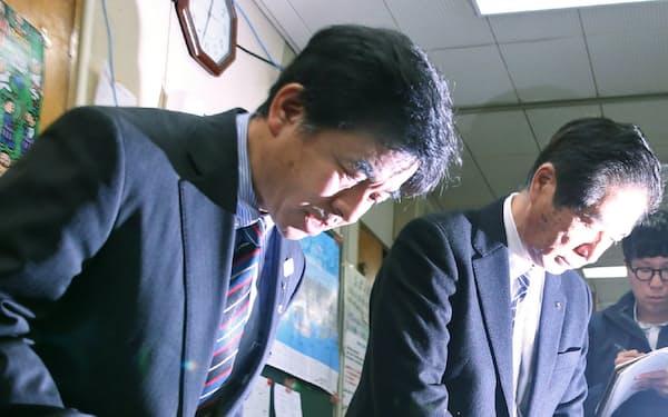 記者会見で頭を下げる日本カヌー連盟の古谷専務理事(左)ら=9日午後、東京都渋谷区
