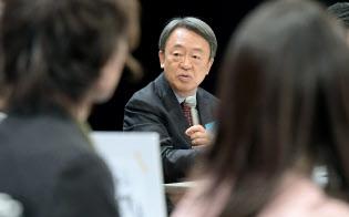 「働くこと」をテーマに、学生の質問に答える池上彰氏(2017年11月20日、東京都千代田区の日経ホール)