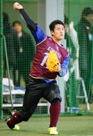 新人合同自主トレが始まり、キャッチボールする楽天・近藤(9日、楽天生命パーク宮城)=共同