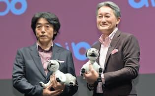 犬型ロボット「aibo(アイボ)」を発表するソニーの平井社長(右)と川西泉執行役員(2017年11月、東京都港区)