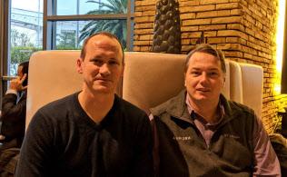 元グーグルのアームソン氏(右)とアンダーソン氏。自動運転の世界ではオールスターと呼ばれている(9日、ラスベガス)