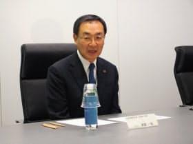 記者の取材に応じるパナソニックの津賀一宏社長(9日、米ラスベガス)