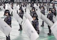 年頭視閲で盾を構える姿勢を披露する機動隊員(10日午前、福岡市中央区のヤフオクドーム)
