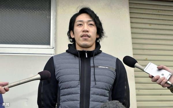 禁止薬物を混入されたことなどについて、取材に応じるカヌーの小松正治選手(10日午前、石川県小松市)=共同