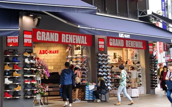 都市部の旗艦店で陳列棚や内装を新調する改装を実施した。(新宿本店)