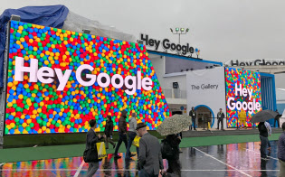 米グーグルはCES会場に音声アシスタントのブースを出展した