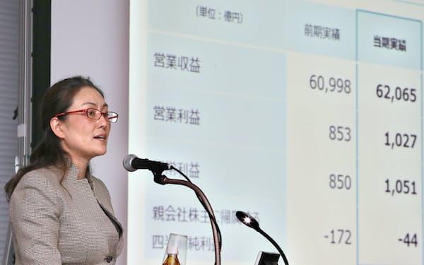 決算発表で営業収益が過去最高を更新したことを説明するイオンの三宅香執行役(10日、東京都中央区)