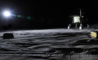 人類の生存圏、活動領域の拡大に向け、月や惑星などの表面を想定した探査ロボットの研究開発が進む(相模原市のJAXA宇宙探査フィールド)=小園雅之撮影