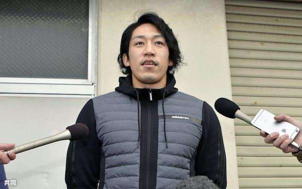 取材に応じる小松正治選手(10日、石川県小松市)=共同