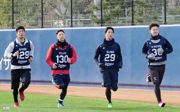 オリックスの新人合同自主トレで汗を流す田嶋(左から3人目)ら(10日、大阪市)=共同