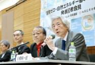記者会見で「原発ゼロ・自然エネルギー基本法案」を発表する小泉元首相(右)(10日午後、東京・永田町)