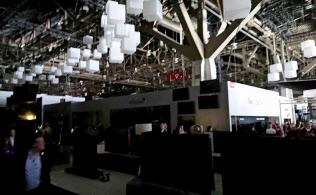 停電で混乱するCESの会場(10日、米ラスベガス)