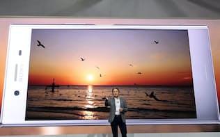 世界最大の見本市CESでスマートフォン「エクスペリア」の新製品を発表するソニーの平井一夫社長