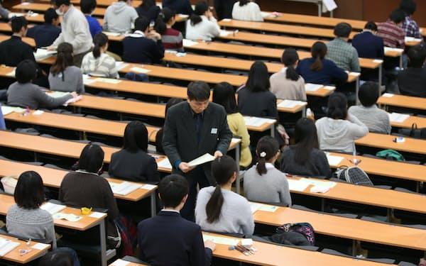都内で大学入試センター試験に臨む受験生(2017年1月)