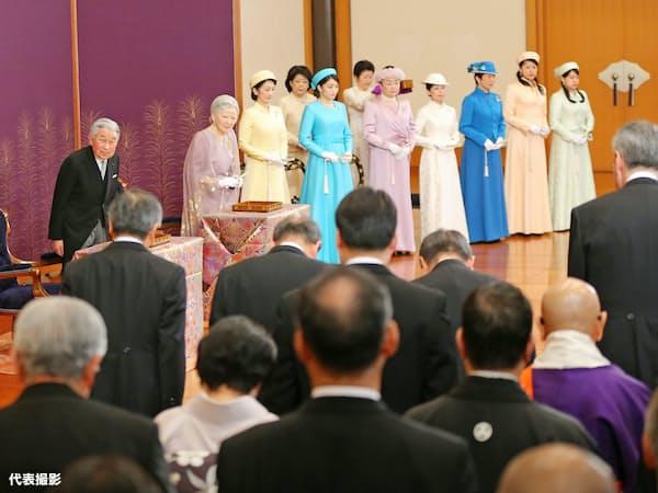 天皇、皇后両陛下、皇族方が出席して行われた「歌会始の儀」(12日午前、皇居・宮殿「松の間」)=代表撮影