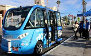 仏ナビヤは完全自動運転のバスを市街地で走行している(11日、ラスベガス市)