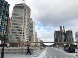米デトロイトのモーターショー前。雪がほんのり残り、気温はマイナスだ。右奥の円柱の建物が米GMの本社が入るタワー。週末、オフィス街は閑散
