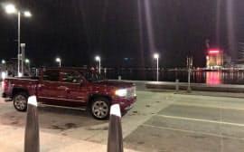 デトロイト川に面した米GM。週末ディナーのお迎えはピックアップトラック