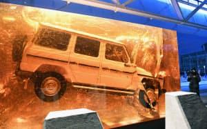北米国際自動車ショーの会場前に展示した、樹脂で固められたメルセデス・ベンツ「Gクラス」の初期モデル=井上昭義撮影