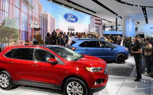 北米国際自動車ショーでフォードが発表した新型車に集まる招待客ら(14日、デトロイト)=井上昭義撮影