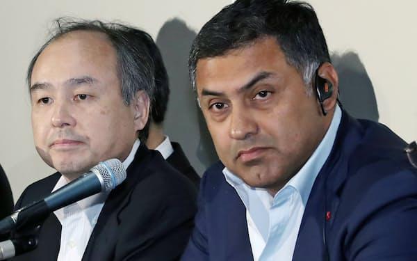 ソフトバンクグループ元副社長のニケシュ・アローラ氏(右)は巨額の役員報酬で話題となった(2016年5月)