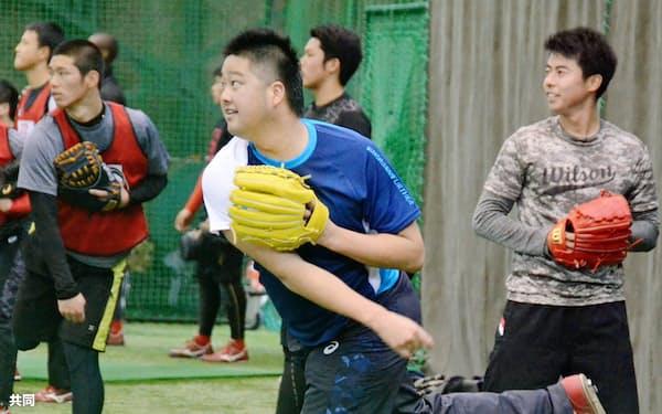 合同自主トレでキャッチボールをする広島・中崎(中央)ら(15日、広島県廿日市市)=共同