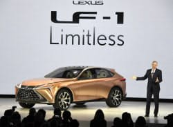 トヨタが発表したレクサスの最上級SUVコンセプト車(15日、デトロイト)=井上昭義撮影