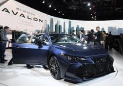 トヨタが発表した新型アバロン(15日、デトロイト)=井上昭義撮影