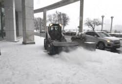 15日のデトロイトは雪が降り続き、モーターショーの会場前では除雪作業も行われた=井上昭義撮影