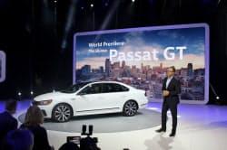 VWは米国販売の好調ぶりをアピールし、セダン2車種の新型を披露した(15日、デトロイト)