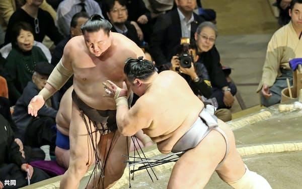 白鵬(左)が押し出しで北勝富士に敗れる(16日、両国国技館)=共同