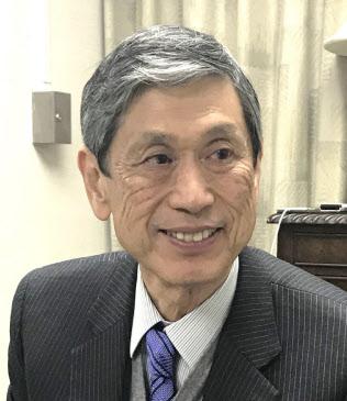 インタビューに答える高村正彦副総裁