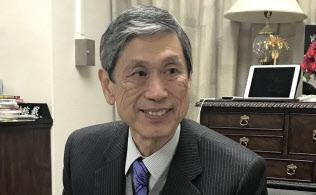 インタビューに答える高村副総裁