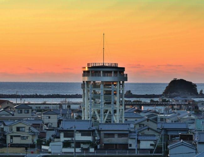 朝焼けに染まる静かな港町に、高さ22メートルの津波避難タワーがそびえる