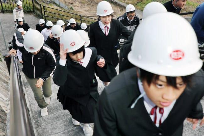 避難訓練で高台に向かう地元の中学生。年8回ほど抜き打ちで行う