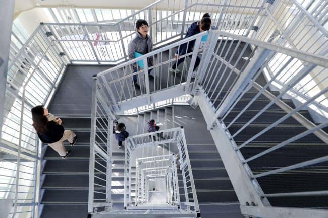 防災研修で訪れた隣町の小学生らがタワーの長い階段を上った